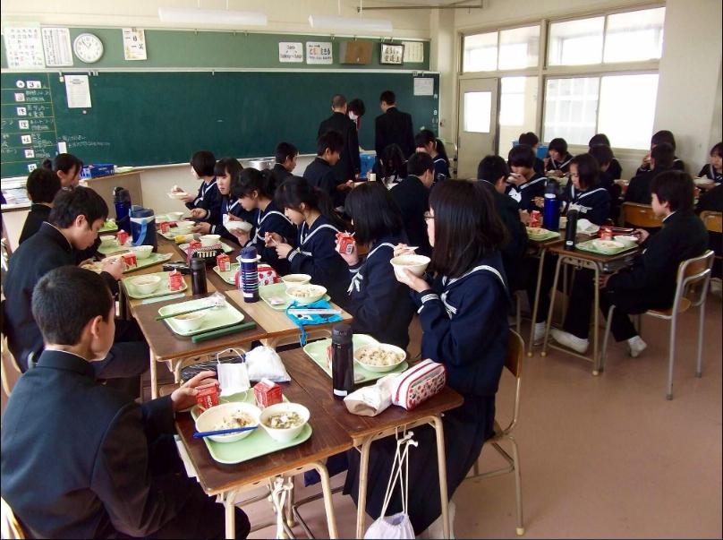 Прием пищи в японской школе